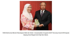 Amal Nissyah menerima Anugerah Kehormat SCOT