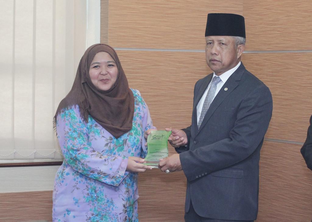 YANG Berhormat Menteri Kebudayaan Belia dan Sukan semasa menyampaikan Honorary SCOT Award 2017 kepada Dayang Siti Noraspadiyah binti Haji Sah.