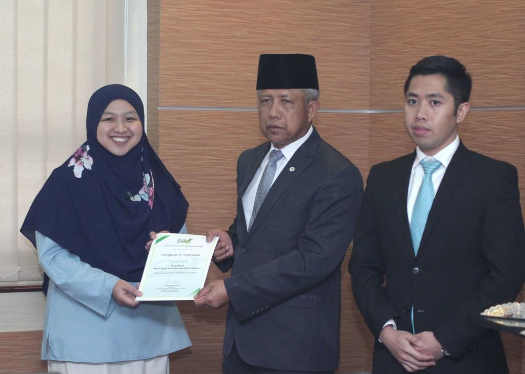 YANG Berhormat Menteri Kebudayaan Belia dan Sukan juga menyampaikan Certificate of Aspiration 2017 kepada salah seorang penerima dari Ahi Persatuan SCOT.